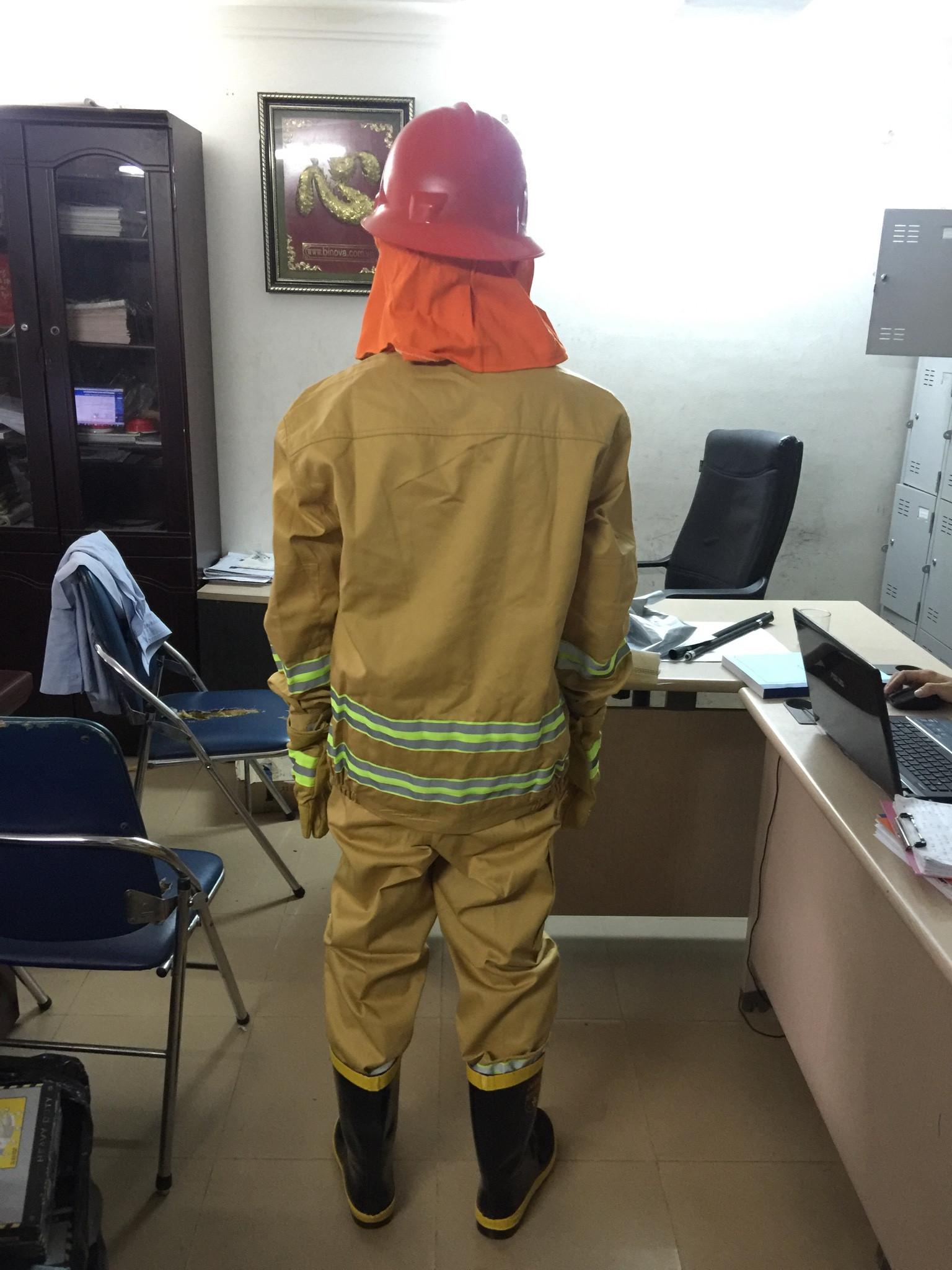 Mặt sau của bộ trang phục chữa cháy
